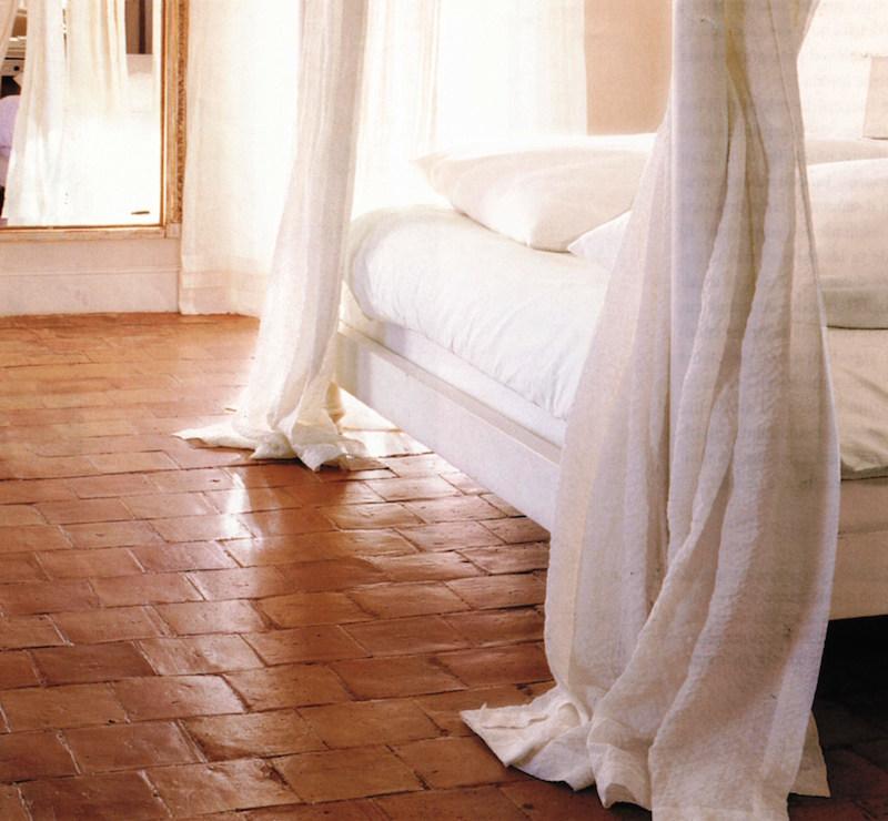 blaettermann-01-terracotta-fliesen-boden-schlafzimmer